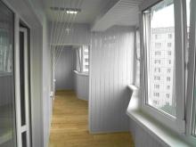 Способы обшивки балкона разными материалами: пластик, вагонк.