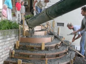 Заливка каркаса крыльца бетоном