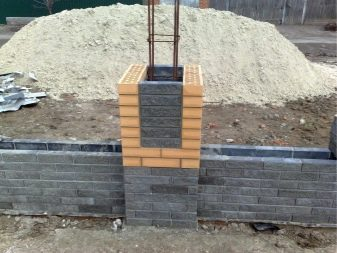 Бетонный забор (46 фото): универсальное ограждение из бетона и железобетонных плит, выбор краски для панелей забора