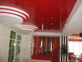 красный глянцевый потолок