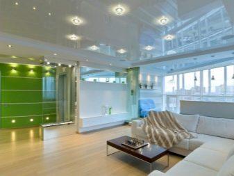 яркий глянцевый потолок