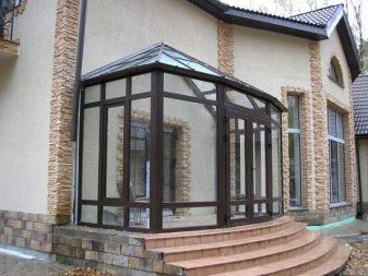 Закрытое крыльцо для частного дома (37 фото): проекты оформления входа террасы загородного дома с остеклением, застекленный тип крыльца