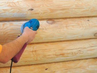 Обработка сруба внутри дома после шлифовки