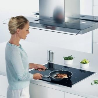 На каком расстоянии от плиты вешать вытяжку
