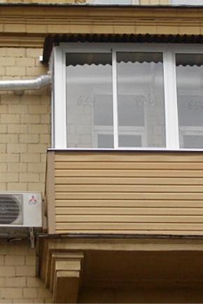 Отделка балкона сайдингом (43 фото): как обшить цокольным ви.