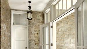 Белые входные двери в интерьере