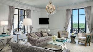 Как красиво оформить интерьер гостиной с двумя окнами?