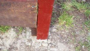 Металлические столбы для забора: особенности и установка