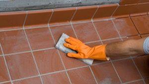 Отмываем грунтовку с плитки на полу