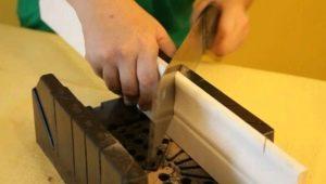 Как правильно резать потолочный плинтус в углах?