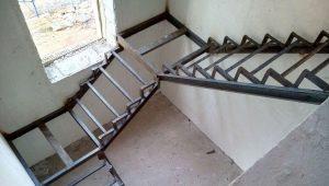 Из чего лучше изготовить каркас лестницы?
