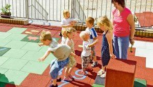 Как выбрать и уложить резиновую плитку для детской площадки?