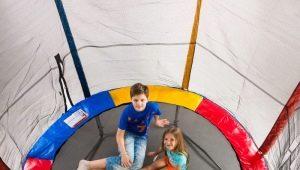 Характеристика и советы по выбору детских батутов с сеткой для дома