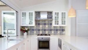 Декорирование кухни плиткой в стиле пэчворк