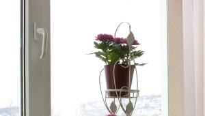 Подставки для цветов на подоконник: особенности и виды