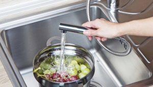 Выбираем смеситель для кухни с выдвижной лейкой