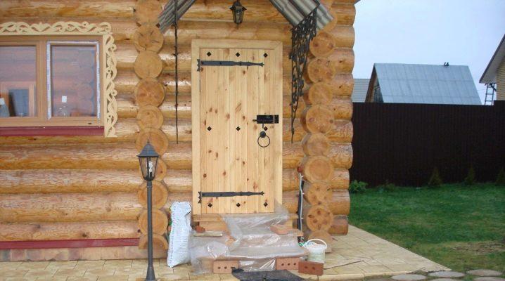 Особенности деревянных дверей для бани