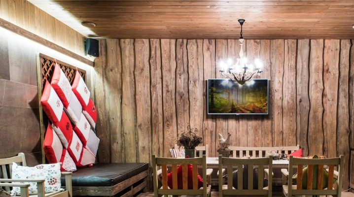 Деревянный диван в баню