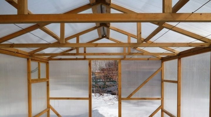Как построить теплицу из дерева?