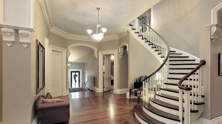 Полувинтовые лестницы в интерьере частного дома