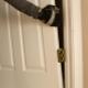 Как правильно снять дверь с петель?