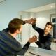 Крепление зеркала к стене: способы монтажа