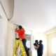 Тонкости ремонта натяжных потолков после пореза