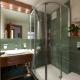Душевая кабина в дизайне интерьера маленькой ванной комнаты