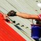 Покраска крыши: правила выбора и нанесения краски