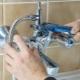 Процесс установки смесителя в ванной