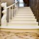 Белая лестница в дизайне интерьера дома