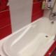 Как заделать щель между ванной и стеной?