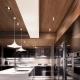 Дизайн потолка в кухне-гостиной