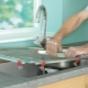 Как установить раковину на кухне в столешницу?