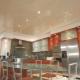 Натяжной потолок на кухне: особенности, виды и дизайн