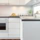 Белые электрические встраиваемые духовые шкафы в интерьере кухни