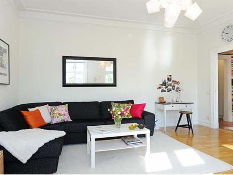 Интерьер с черным диваном фото