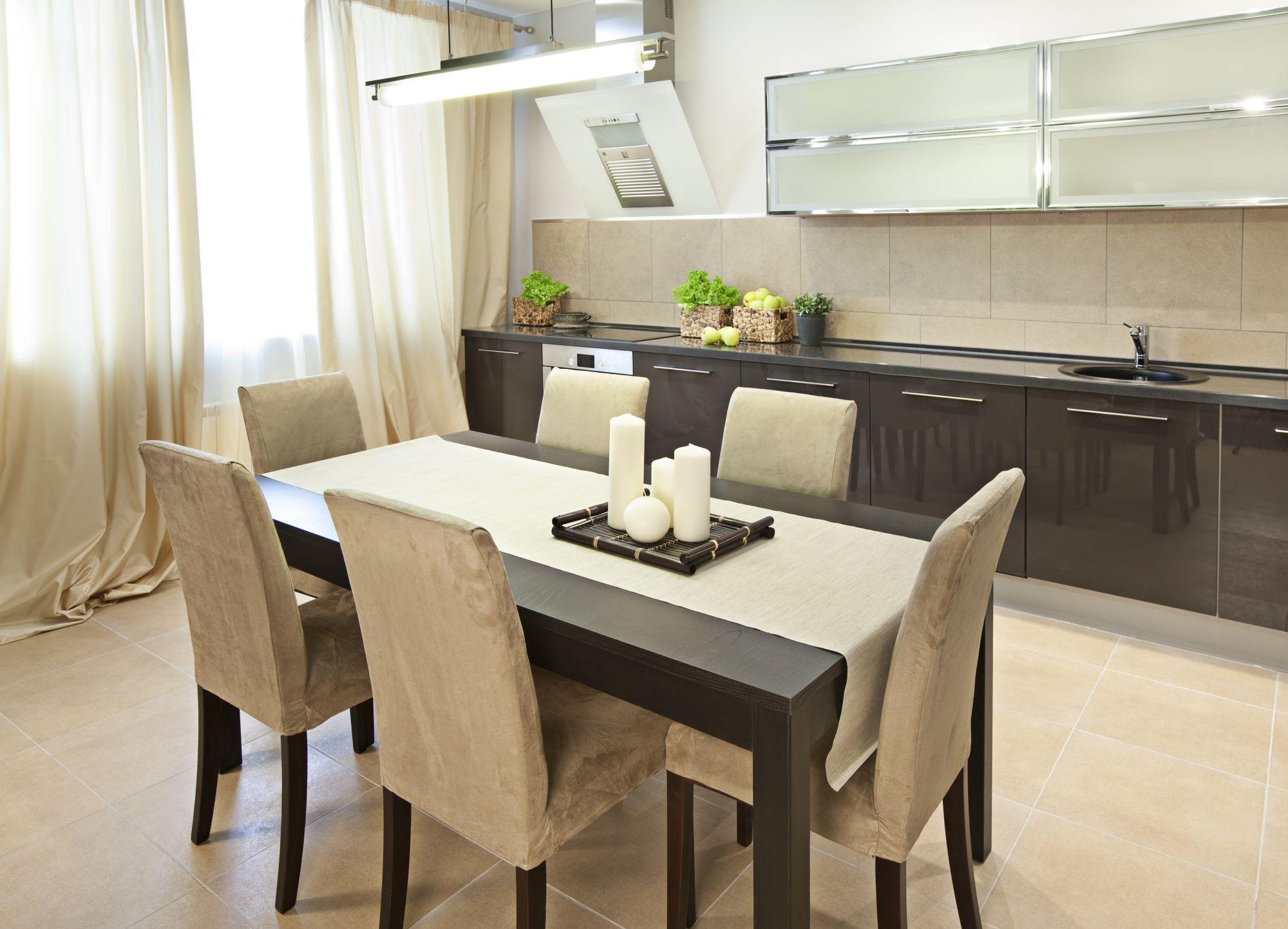 Обеденный стол в интерьере кухни фото