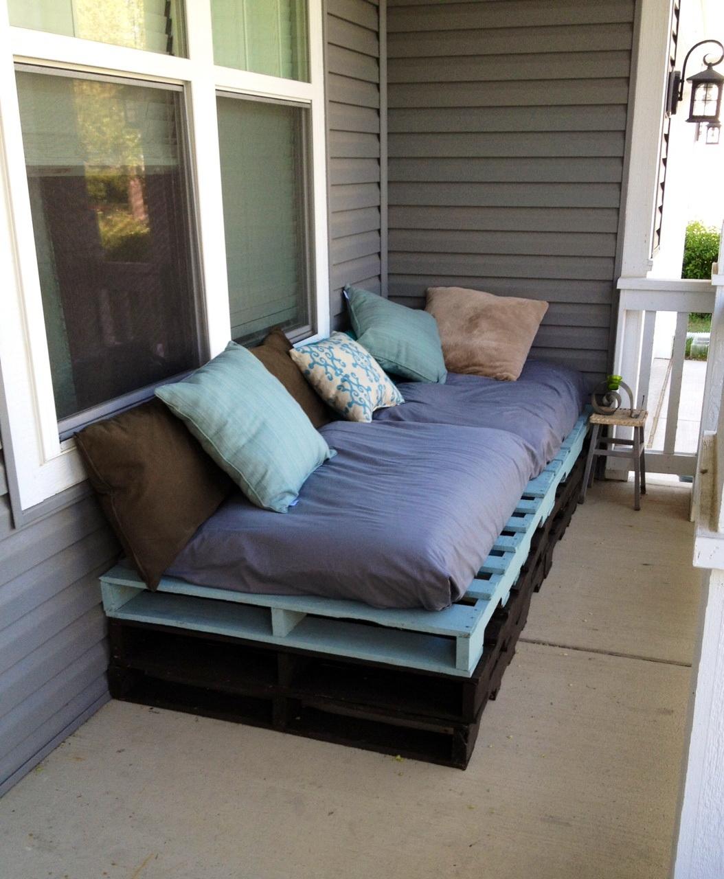 Какого типа диваны подходят для застекленных балконов и лодж.