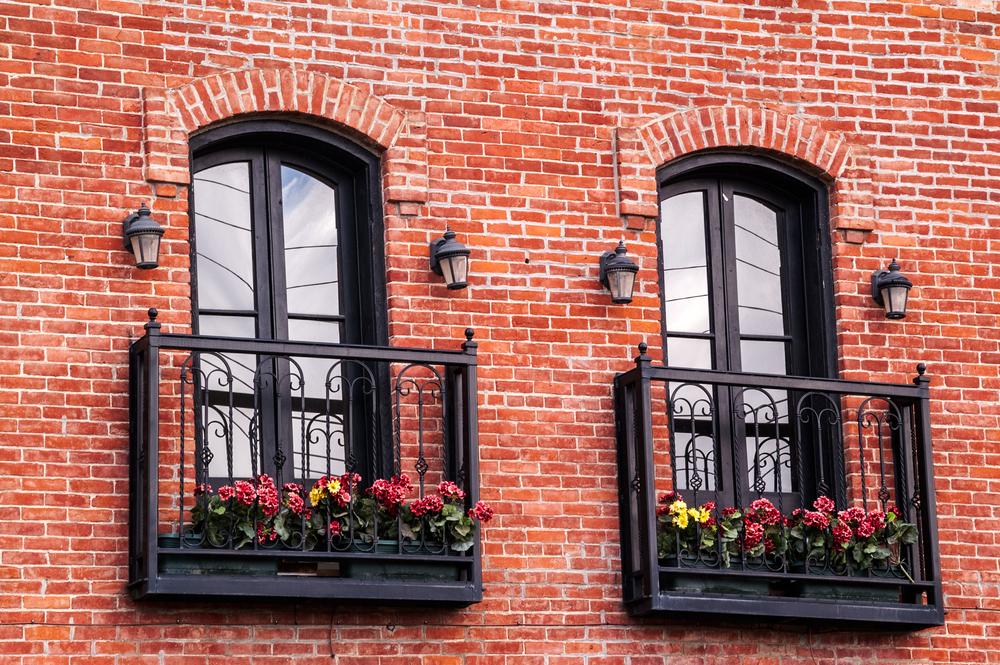 Французский балкон с цветами