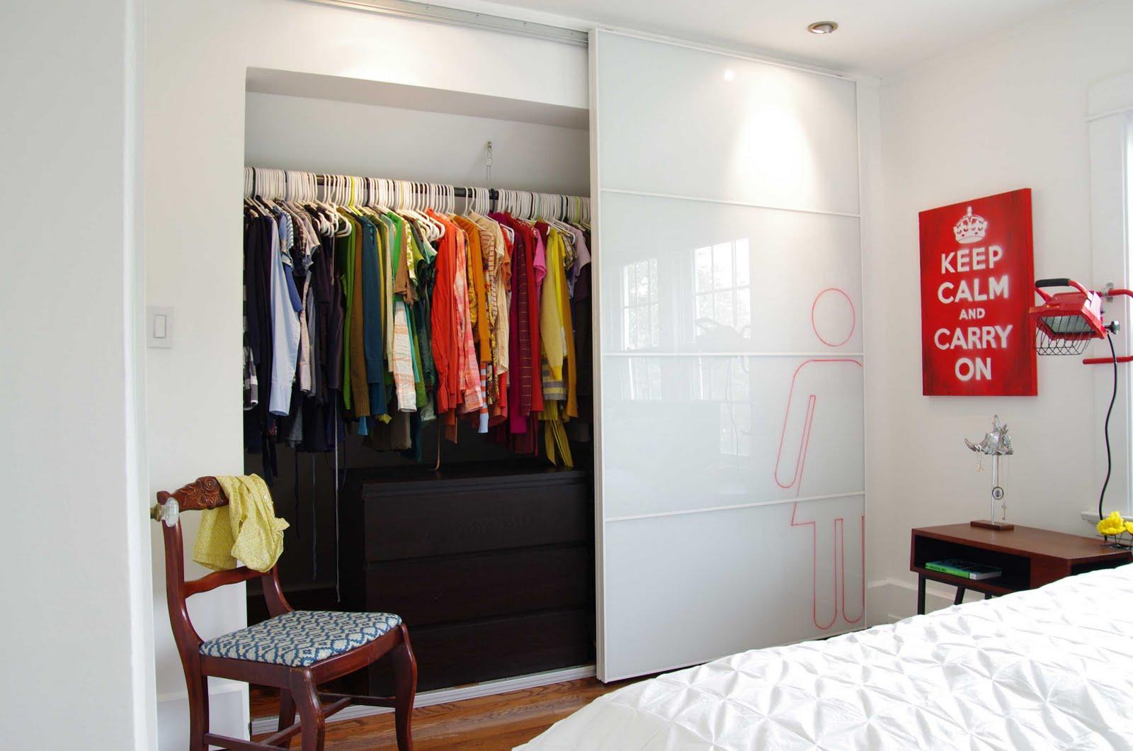 Раздвижные двери для гардеробной (82 фото): зеркальные, отзы.
