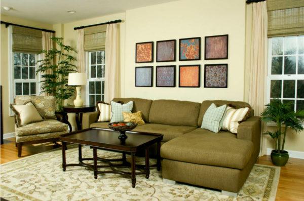 Темно-зеленый диван в интерьере гостиной фото