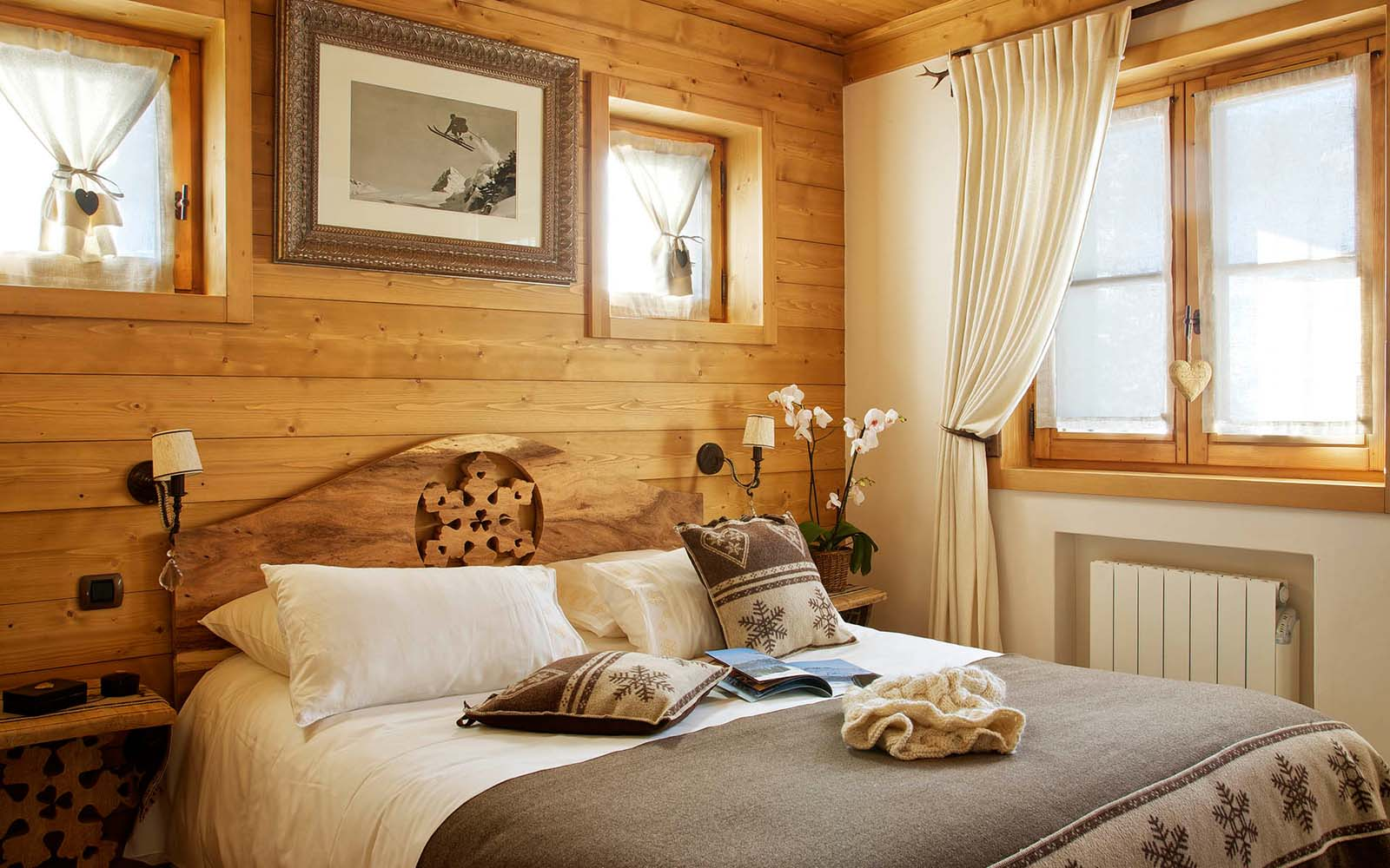 Современная спальня в деревянном доме дизайн