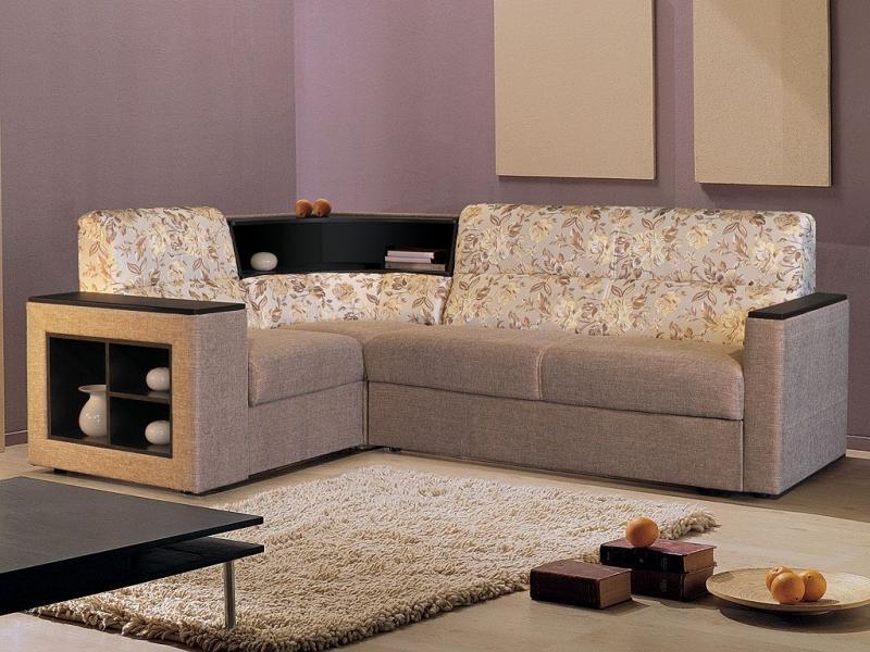 Угловой диван с полками в углу