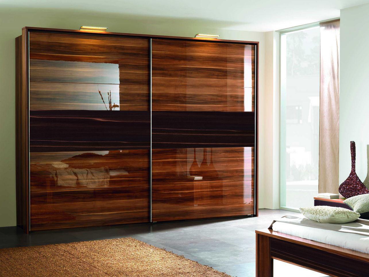 Глянцевый шкаф: навесные угловые модели с распашными дверями.