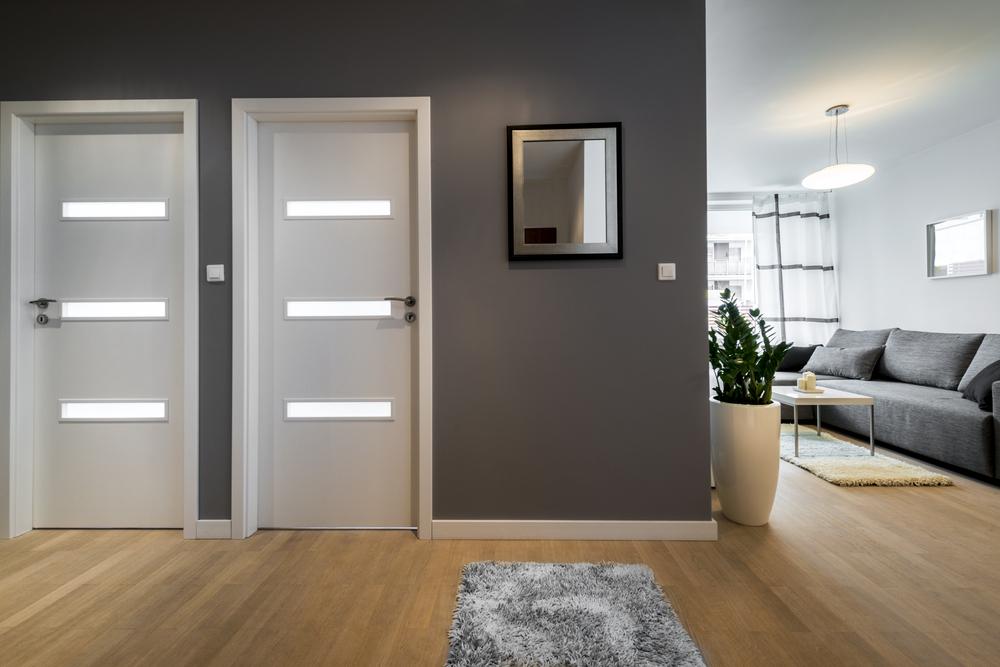 светлый ламинат и двери