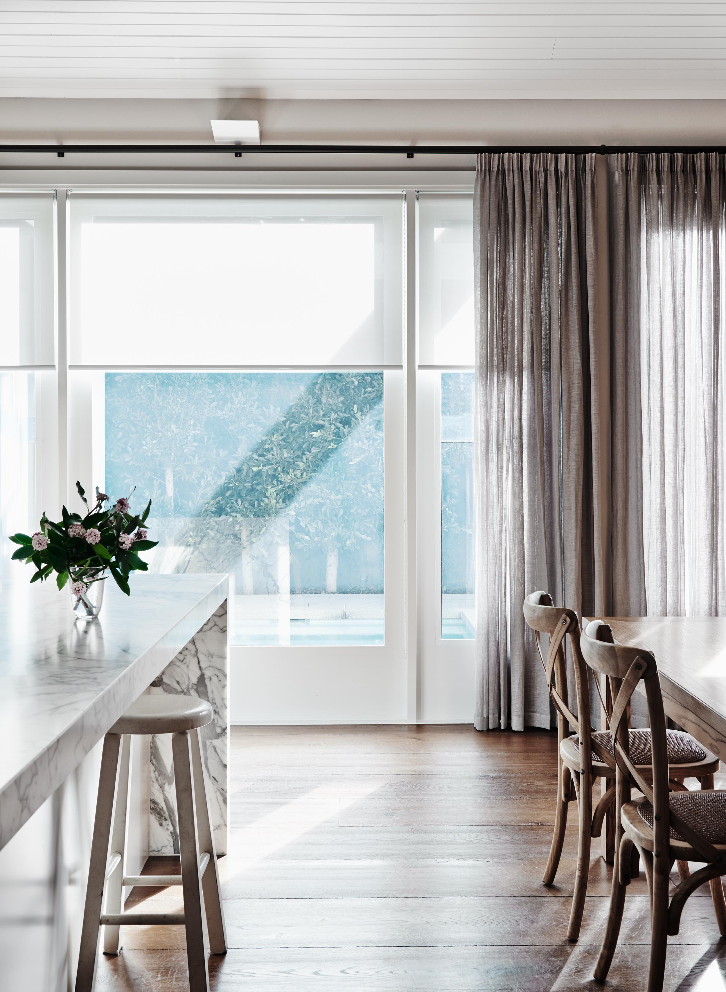 Оформление окна рулонными шторами и тюлем 48 фото