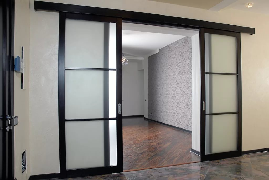 Раздвижные стеклянные двери (47 фото): межкомнатные перегоро.