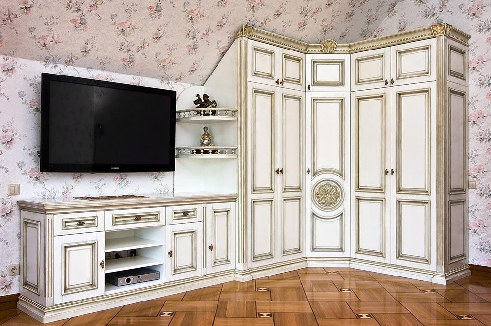 Купить белую стенку в гостиную.