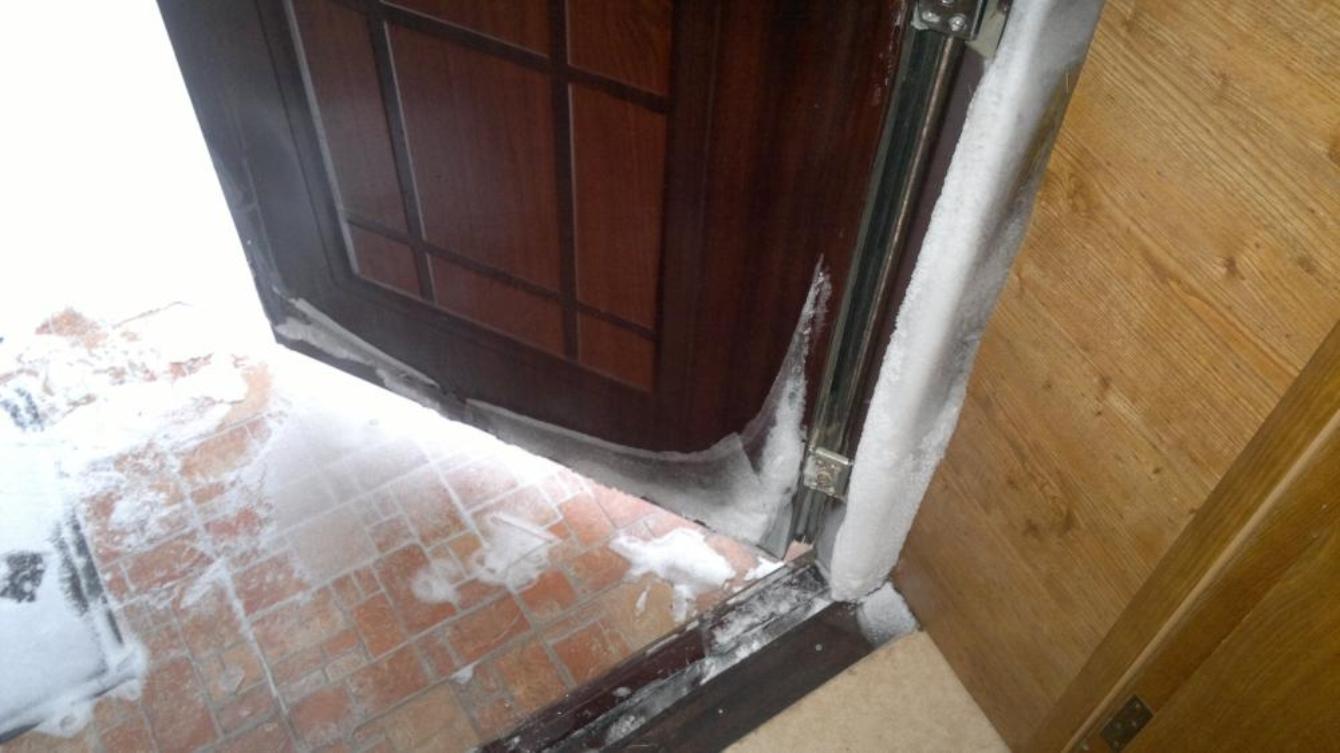 Как утеплить дверь в деревянном доме своими  954
